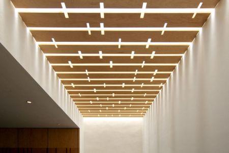 plafond en latte de bois - V-House par Agraz Arquitectos - Puerta Plata, Mexique
