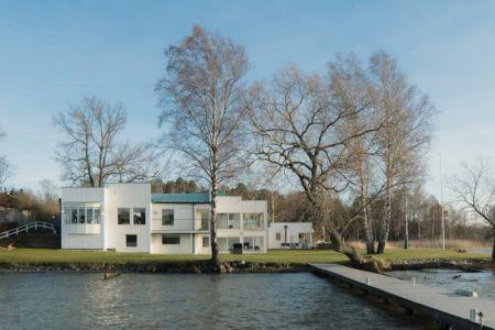 ponton et façade - Maison contemporaine scandinave par Boris Culjat - Suède.jpg