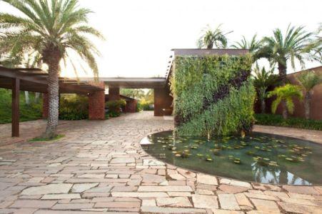 porche entrée - Nova Lima House par Saraiva associados - Nova Lima, Brésil - photo Rafael Carrieri