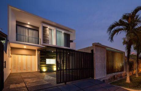 portail acier coulissante illuminée - d-s-house par DP+HS architects - jakarta, Indonesie