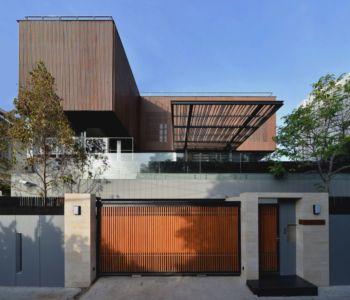 portail bois & clôture béton - Joly House par StuDO Architectes - Bangkok, Thaïlande
