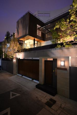 portail bois & clôture béton illuminés - Joly House par StuDO Architectes - Bangkok, Thaïlande