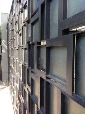 portail en acier entrée  Maison contemporaine urbaine avec de grands espaces verts en Indonésie