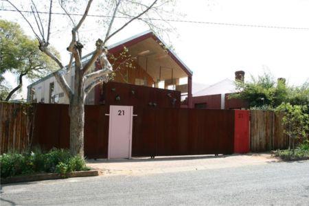 portail en bois - Red-House par Kate Otten Architectes - Afrique du Sud