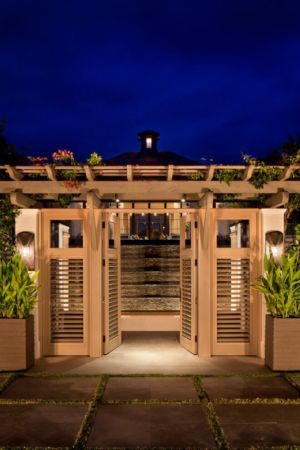 portail en bois - villa par Krutz Homes - Floride, USA