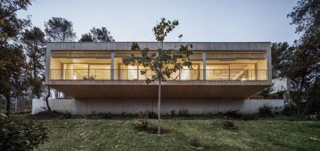 porte à faux bois - House LLP par Alventosa Morell Arquitectes - Collserola, Espagne