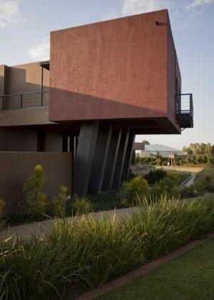 porte à faux côté allée jardin - House Tsi par Nico van der Meulen Architects - Afrique du Sud