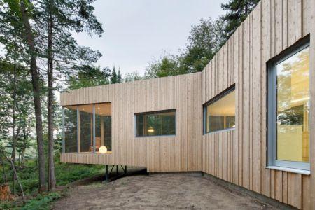 porte à faux de côté - Maison du Lac Grenier par Paul Bernier Architecte - Estérel, Canada