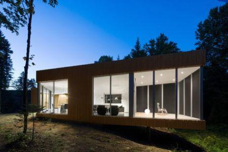 porte à faux de nuit - Maison du Lac Grenier par Paul Bernier Architecte - Estérel, Canada