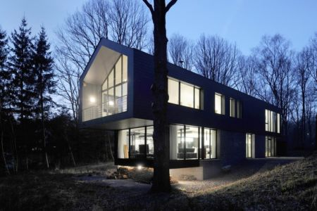 porte à faux de nuit - Sous-bois par Luc Spits Architecture - Liege, Belgique