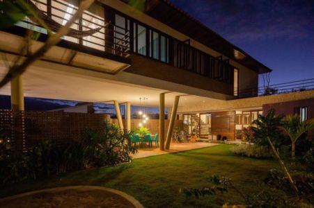 porte à faux et terrasse de nuit - Casa do Arquiteto par Jirau Arquitetura - Pernambuco, Brésil