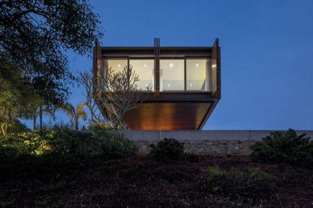 porte à faux illuminé - maison bois contemporaine par Jacobsen Arquitetura - Porto Feliz, Brésil