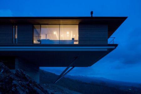 porte à faux illuminée - maison bois contemporaine par kidosaki-architects - Yutsugatake, Japon