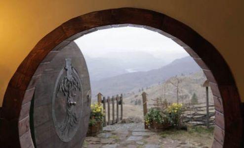 porte bois entrée en acacia - Hobbit-Village par Kristie Wolfe - Chelan, USA