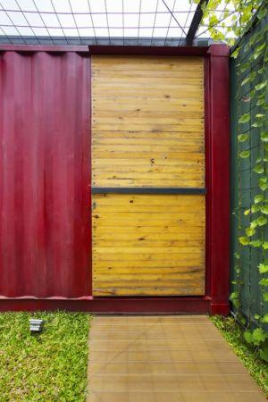 porte bois entrée - Container-Urban par Atelier Riri - Bekasi, Indonesie