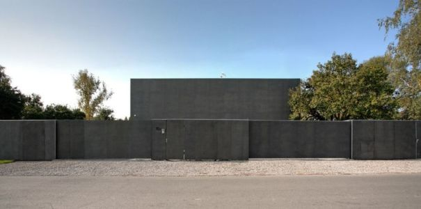 portail et entrée coulissants - safe-house par Robert Konieczny – KWK Promes - Varsovie, Pologne