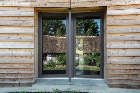 porte fenêtre - Maison P(c)ap(l)ill(ss)on par Guillaume Ramillien architecture - Yzeure, France - Photo Eric Pouyet