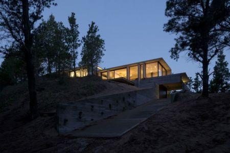 rampe acces garage nuit - Wein House par Besonias Almeida Arquitectos - Pinamar, Argentine