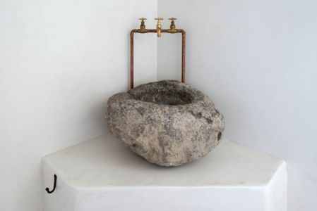 lavabo en pierre - sterna-residence par Giorgos Tsironis and Greg Haji Joannides - Nisyros, Grèce