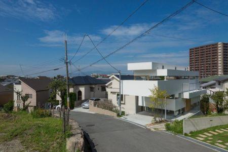 façade accès route - House-Toyonaka par Tato Architects - Toyonaka, Japon