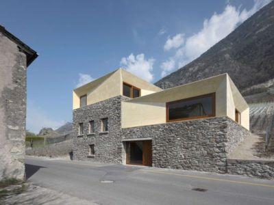 façade route accès - House-transformation par clavienrossier architects - Suisse