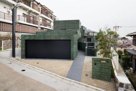 entrée garage - Ishikiri House par Sugawaradaisuke - Osaka, Japon
