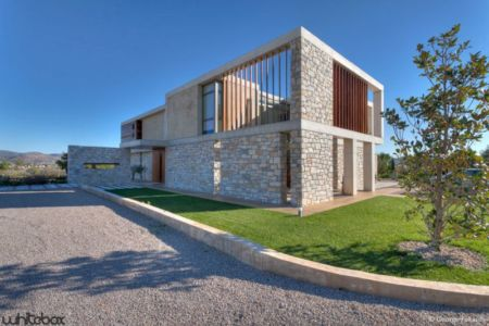 façace route accès - Stone House par Whitebox Architects - Athènes, Grèce