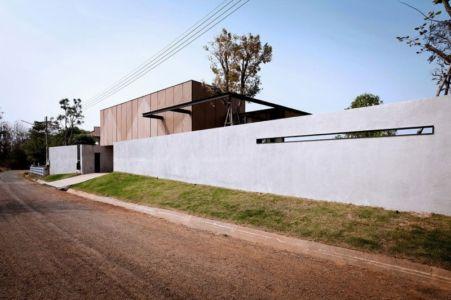 route principale & clôture - KA-House par IDIN Architects - Pak Chong, Thaïlande