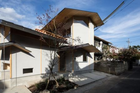 route principale & entrée - Eaves-House par Y Plus M Design - Kyoto, Japon