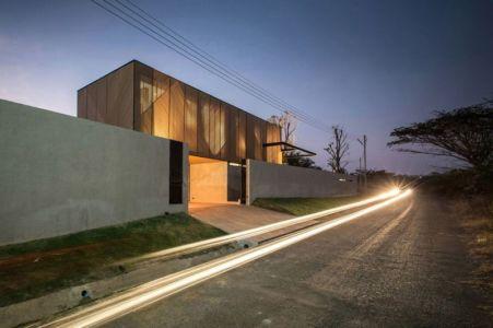 route principale nuit accès - KA-House par IDIN Architects - Pak Chong, Thaïlande