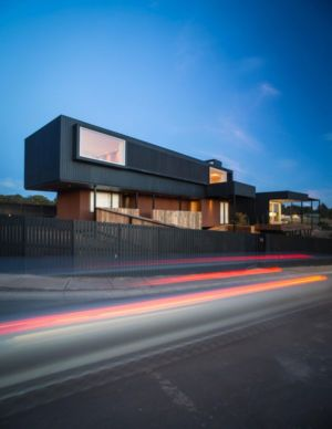 façade rue illuminée - GB-House par EMA Arquitectos - Concón, Chili