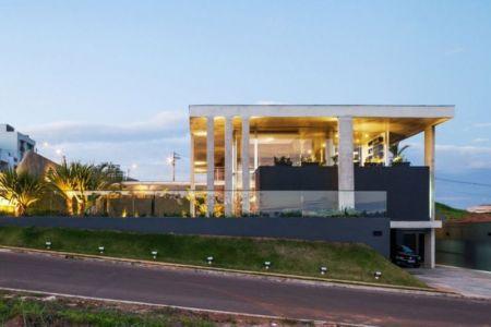 rue & accès garage - Botucatu-House par FGMF Arquitetos - Botucatu, Brésil