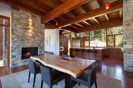 séjour cheminée et cuisine - Lakecrest Residence by aka Architecture + Design - Whistler, Canada