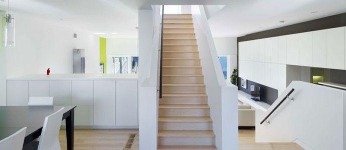 séjour & escalier accès étage - Renovates-Private-Residence par Dpai Architecture - Hamilton, Canada