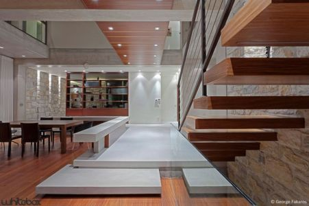 séjour & escalier accès étage - Stone House par Whitebox Architectes - Athènes, Grèce
