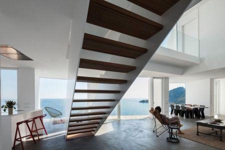 séjour & escalier accès étage - Sunflower House par Cadaval & Solà-Morales - Gérone, Espagne