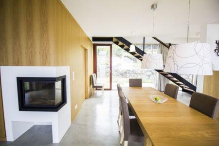 séjour et cheminée design - Casa do Miradouro par Dirck Mayer - Ponta Delgada, Madère, Portugal