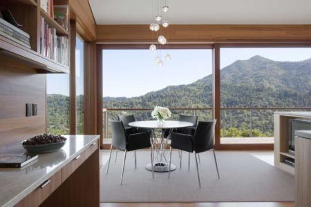 séjour et cuisine - Kentfield Residence par Turnbull Griffin Haesloop Architects - Kentfield, Usa