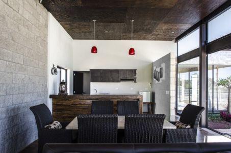 séjour et cuisine - La Tomatina House par Plastik Arquitectos - Aguascalientes, Mexique