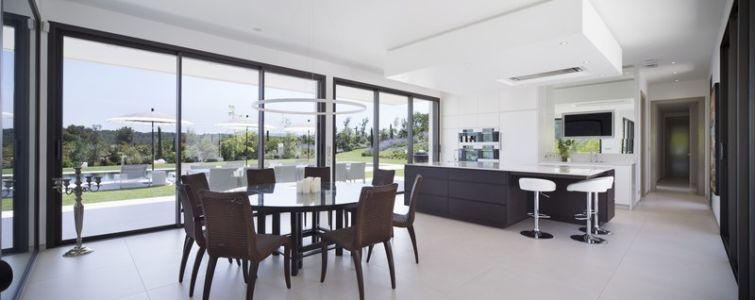séjour et cuisine - Villa Sainte-Victoire par Henri Paret Architecte avec Kawneer - Aix en Provence, France