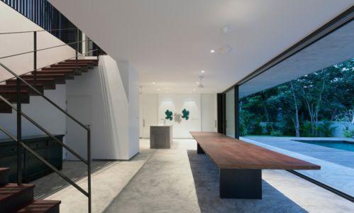 séjour et escalier - Swiss family house par Architectkidd - Bang Saray, Thaïlande