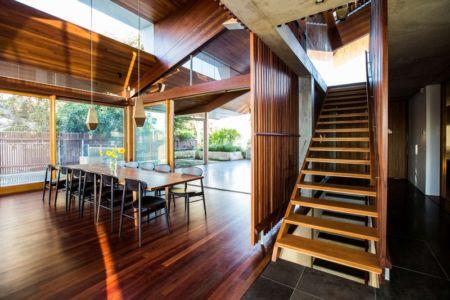 séjour et escalier - edge house par Steele Associates - Australie