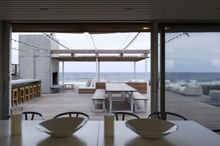 séjour et terrasse étage - Ocean Deck House par Stelle Lomont Rouhani Architects - Bridgehampton, USA