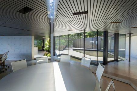 séjour et vue sur piscine - Tula House par Patkau Architects - Quadra Island, Canada