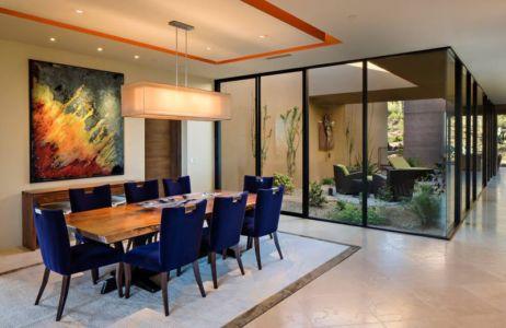 séjour & mini-salon avec jardin intérieur- desert-residence par Shelby Wilson - Arizona, USA