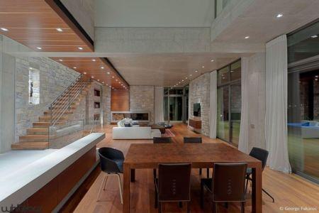 séjour-salle de bains & grande baie vitrée - Stone House par Whitebox Architectes - Athènes, Grèce