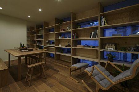 salle à manger & étagères - checkered-house par Takeshi Shikauchi - Tokyo, Japon