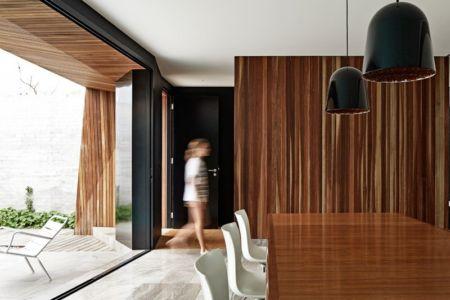 salle à manger et terrasse - Rénovation contemporaine par Coy Yiontis Architects - Balaclava, Australie