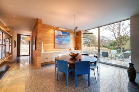 salle à manger et vue sur terrasse - City View Residence par Dick Clark Architecture - Austin, Usa