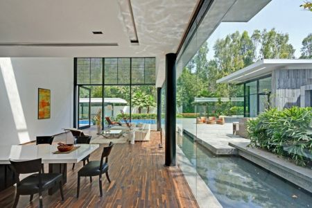 salle à manger & grande baie vitrée coulissante - Three Trees House par DADA & Partners - New Delhi, Inde